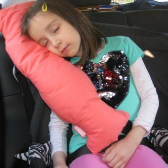 Dete-spava-u-kolima-na-Bebarama-jastuku-za-putovanja
