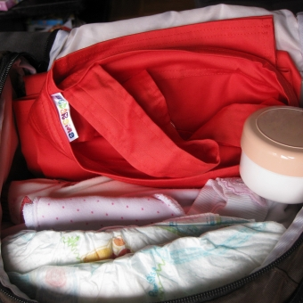 Koralno-crvena-marama-za-dojenje-spremna-za-pokret1