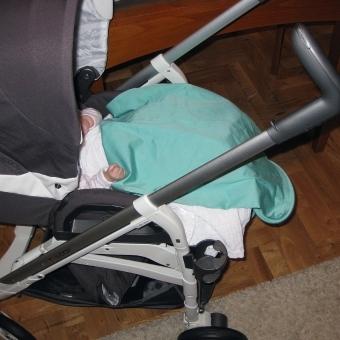 Marama-za-dojenje-kao-prekrivac-za-bebu