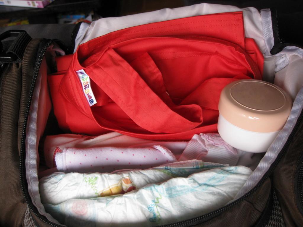 Koralno crvena marama za dojenje spremna za pokret