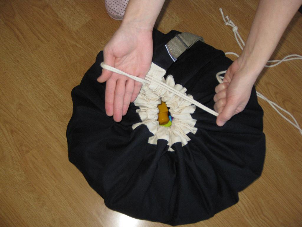 04-Vezivanje kanapa na vreci za igracke-potez br1