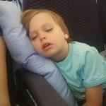 Maksim spava u avionu na Bebarama jastuku za putovanja