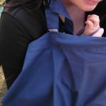 Marama za dojenje na klupi u parku